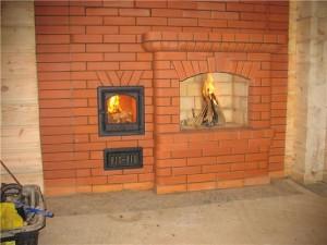 печь-камин из кирпича в загородном доме